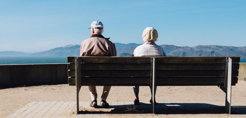 Illustrasjonsfoto. Par som sitter på en benk.