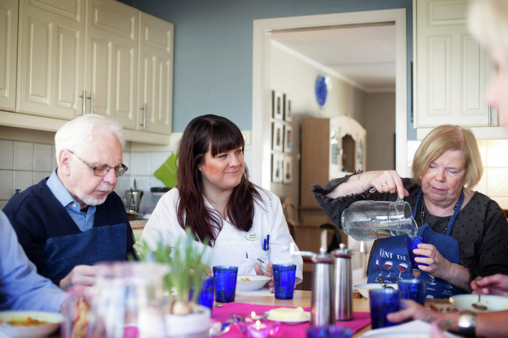Illustrasjonsfoto. Tre personer spiser ved et bord.