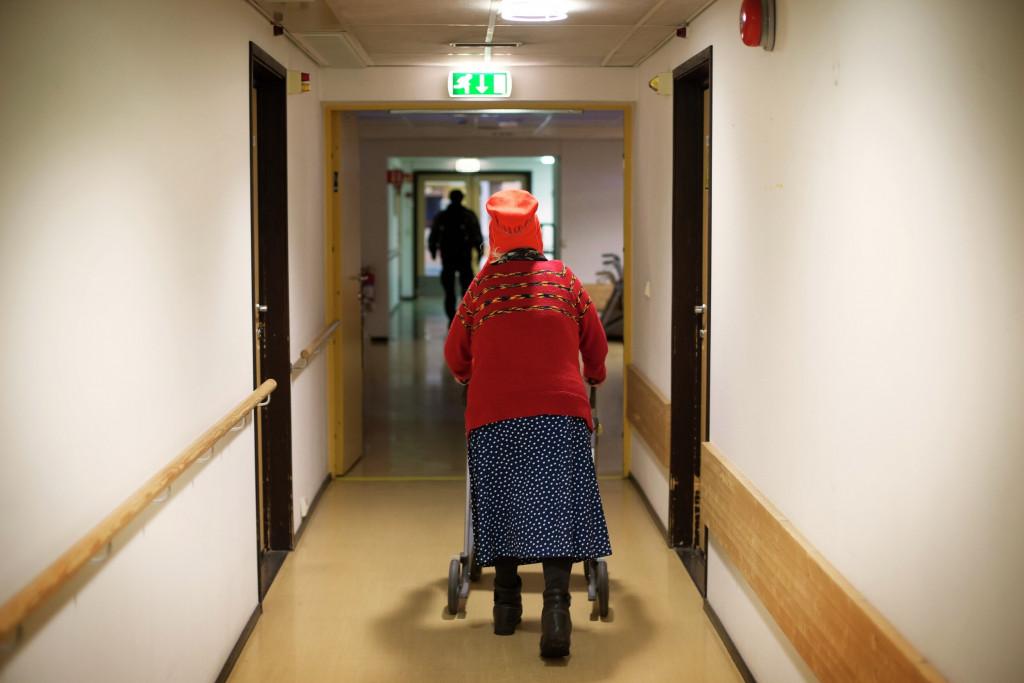 Illustrasjonsfoto. Samisk kvinne i går med rullator i gangen på sykehjemmet.